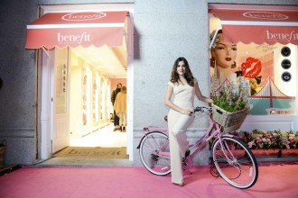Adriana Ugarte en la entrada de la boutique Benefit de Madrid