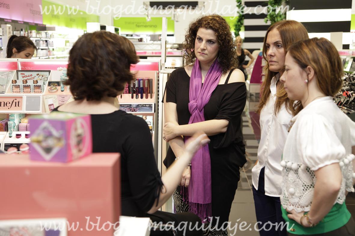 Delia de Recién Llegada, Marisa de El Bazar de Marisse y yo escuchando atentamente las explicaciones de Hillary Foote.