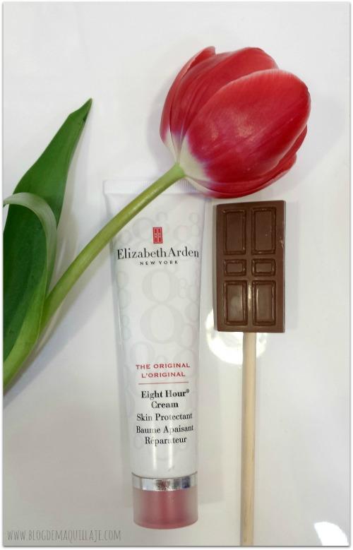 La mítica crema 8 Hours de Elizabeth Arden y una chocolatina en forma de puerta roja, emblema de la marca