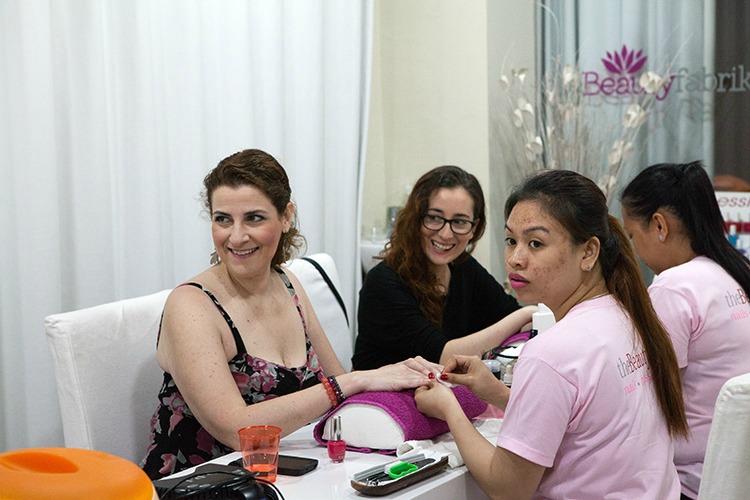 Aïna del blog Inexperta y yo disfrutando de nuestra manicura
