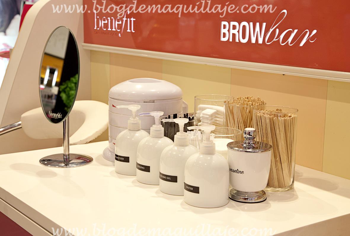 Detalle de los productos usados en las sesiones de diseño de cejas en el Bar de Cejas Benefit situado en Sephora Gran Vía de Madrid.
