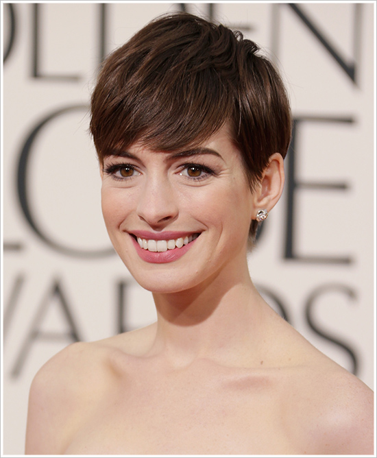 Una guapísima Anne Hathaway con un maquillaje sencillo