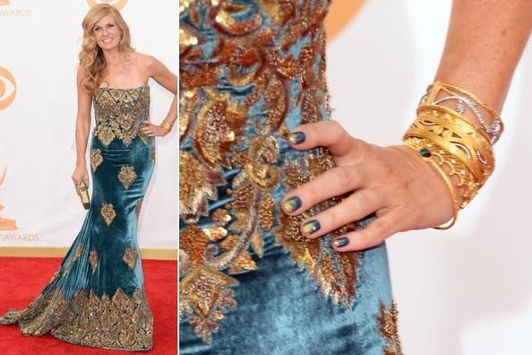 Connie Britton eligió el verde-azulado y un toque de dorado de fantasía encima.