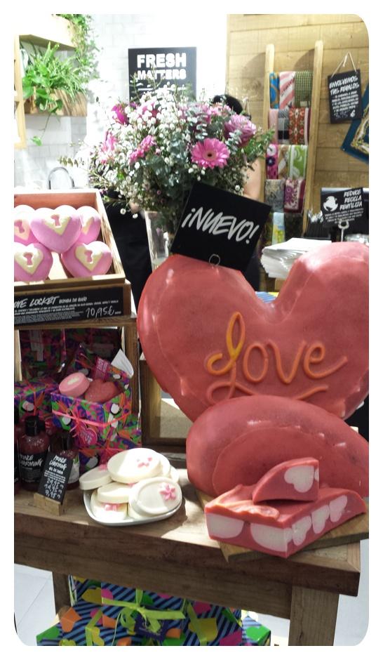 Productos de San Valentín expuestos en la tienda Lush de l'Illa Diagonal de Barcelona