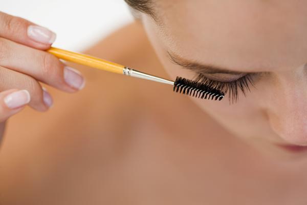 Peinar y ordenar las pestañas después de maquillarlas es el mejor modo de darles un bonito acabado.
